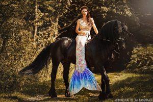 Echte Meerjungfrau auf schwarzem Einhorn