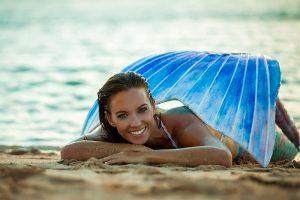 Echte Meerjungfrau vertreibt Silikonflossen zum Schwimmen