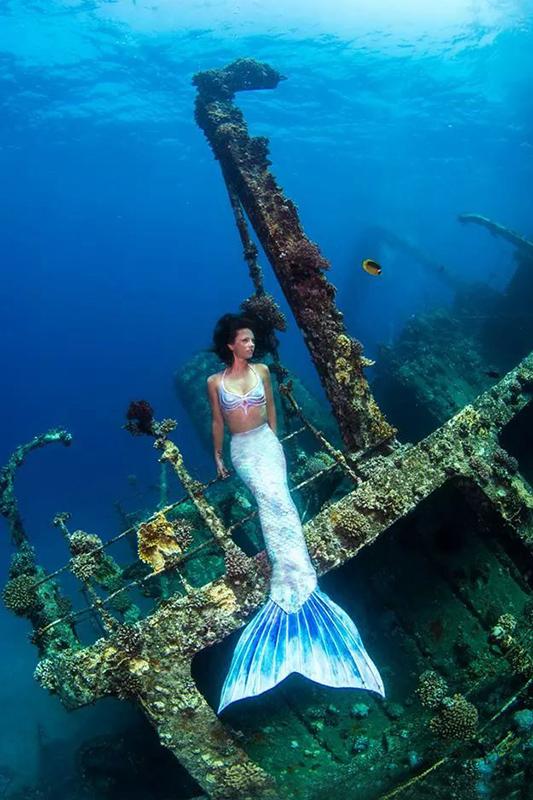 Meerjungfrau am Wrack