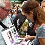 Mermaid Kat gibt Autogramme
