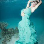 Unterwassermodelshoot im offenen Meer