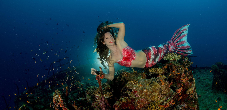 Mermaid Kat arbeitet als Unterwasserstuntfrau