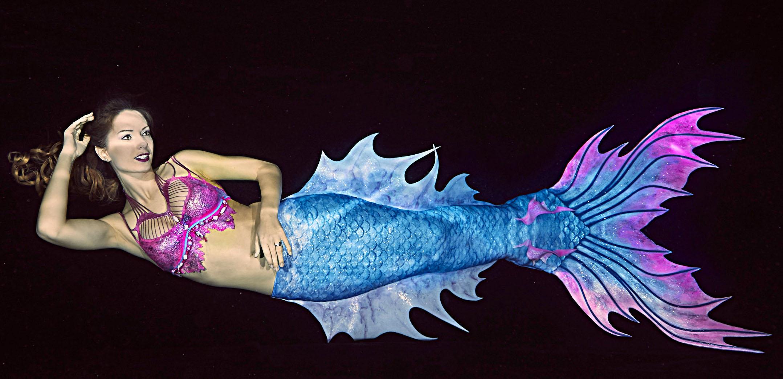 Mermaid Kat ist eine professionelle Meerjungfrau