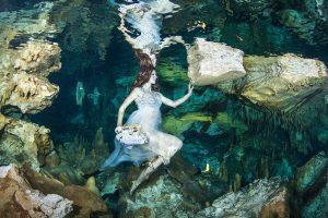 Hannoveranerin modelt in Unterwassercenoten in Mexiko