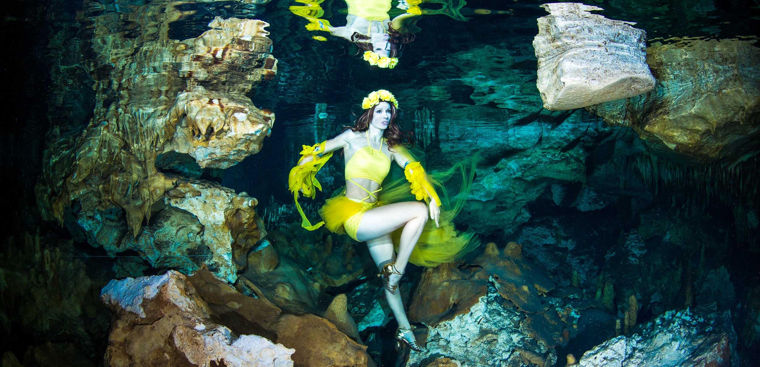 Mermaid Kat arbeitet als Unterwassermodel in den Cenoten in Mexiko
