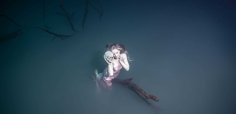 Unterwassermodel Katrin Gray in der Schwefel-Wolke