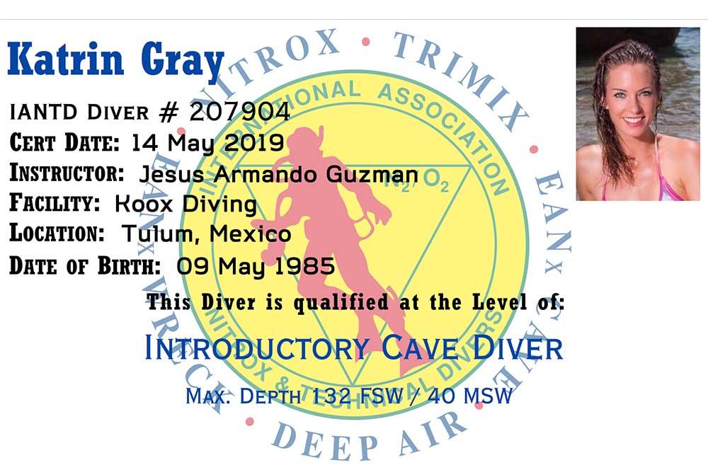 Unterwassermodel Katrin Gray ist ausgebildete Höhlentaucherin