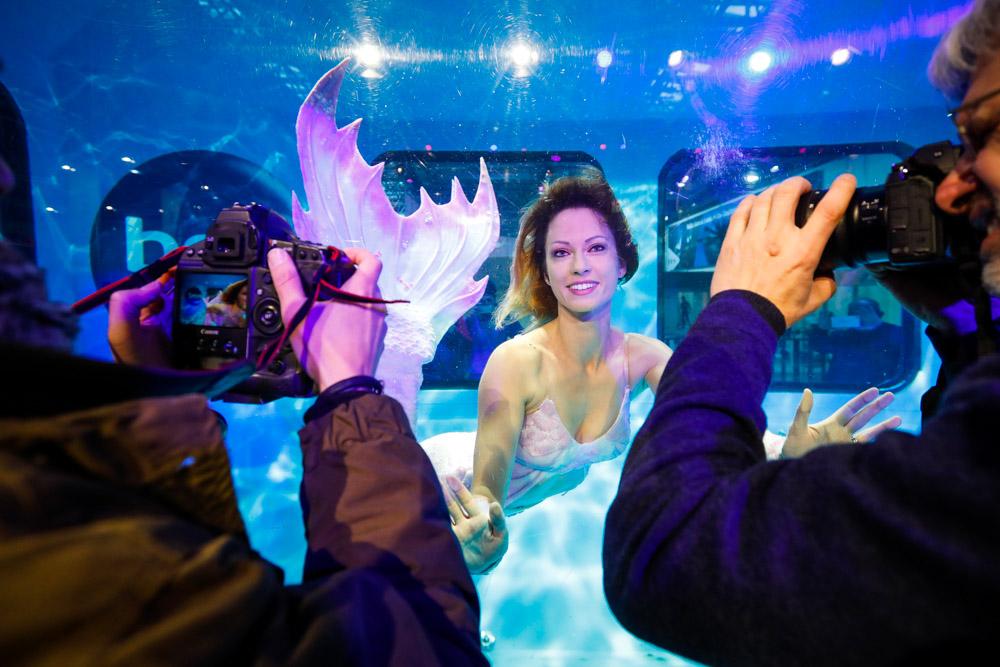 Mermaid Kat ist als Meerjungfrau auf der Boot Messe in Düsseldorf