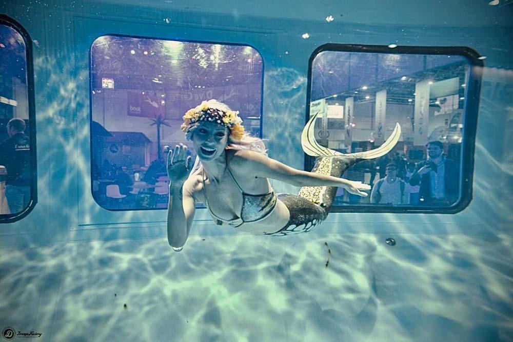 Mermaid Schwimmen auf der Boot in Düsseldorf