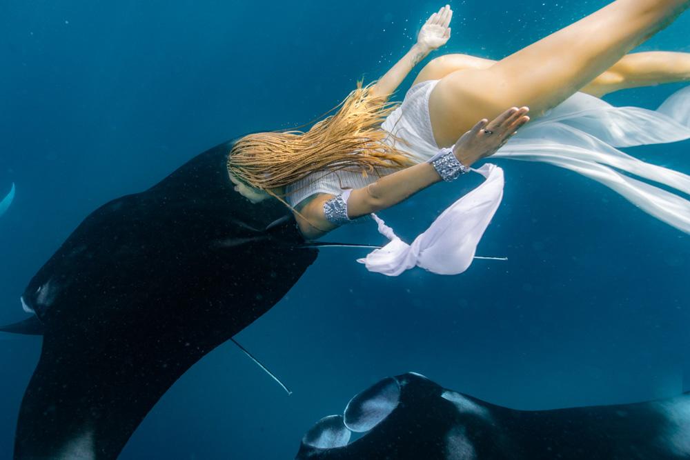 Unterwassershooting mit Mantas - Unterwassermodel Katrin Gray (Felton) mit Mantarochen - Ian Gray Photography