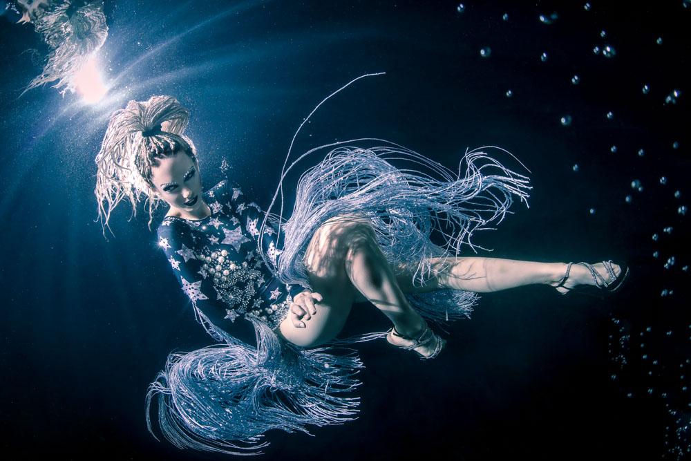 Katrin Gray (Katrin Felton) unterstützt den Unterwasser-Model-Fotografie-Workshop