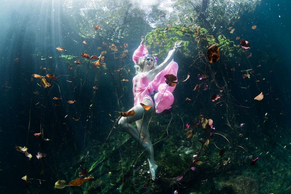 Unterwasser Stuntfrau - Foto von Ian Gray
