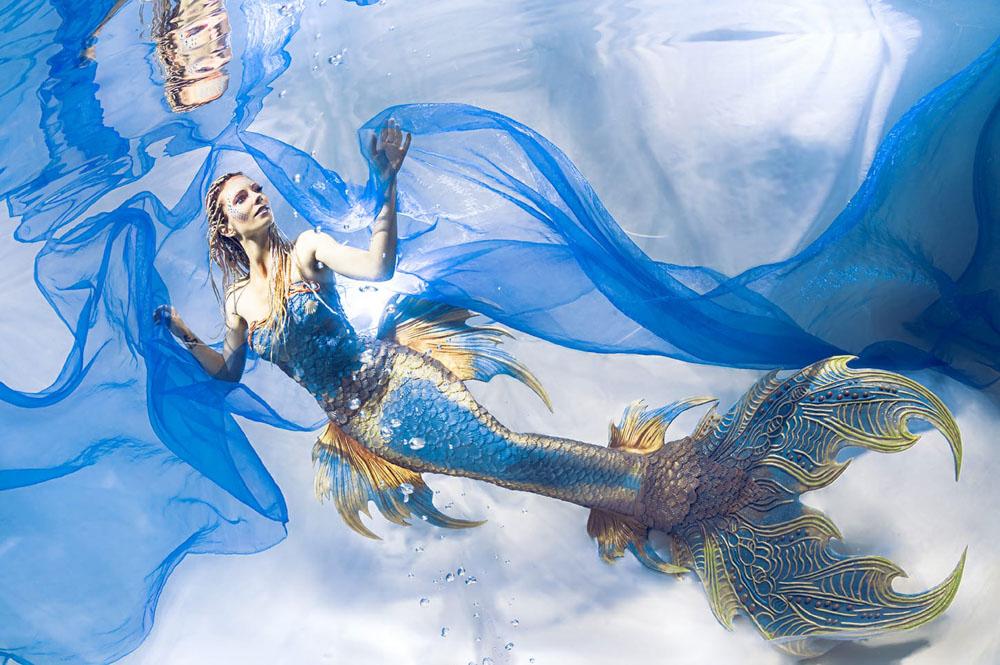Wie viel verdient eine Meerjungfrau? - Unterwassermodel in Flosse